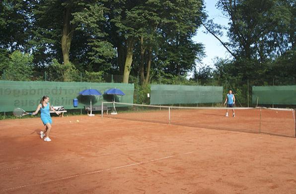 Евгений Кремнев с ученицей теннисной академии на открытом корте