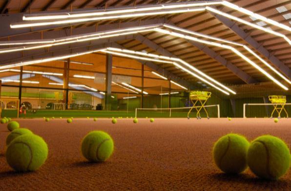 Закрытый корт с ковровым покрытием для занятий теннисом